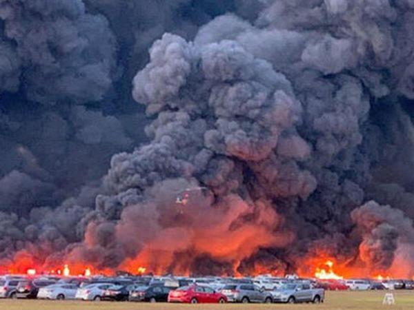 """ABŞ-da dəhşətli yanğın: <span class=""""color_red"""">3500 avtomobil kül oldu</span>"""