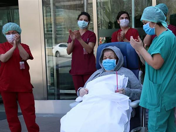 """80 və 89 yaşlı cütlük koronavirusa qalib gəldi - <span class=""""color_red"""">VİDEO</span>"""