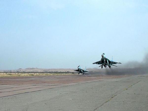 MiQ-29 və Su-25 təyyarələrinin ekipajları ilə taktiki-uçuş təlimi keçirilib - VİDEO - FOTO