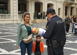 """Polis əməkdaşları """"Tarqovı""""da vətəndaşlara tibbi maska payladılar - FOTO"""