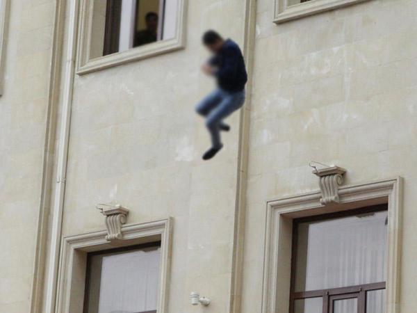 Bakıda 32 yaşlı oğlan özünü binadan atdı