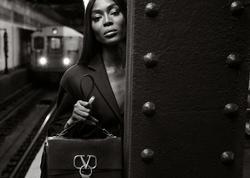 Naomi metroda çılpaq FOTOSSESİYA etdirdi