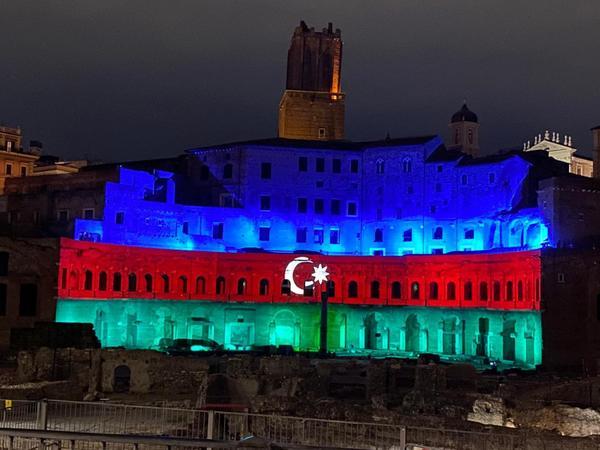 """Qədim Romanın """"Mercati di Traiano"""" abidə kompleksi Azərbaycan bayrağının rəngləri ilə işıqlandırılıb - FOTO"""