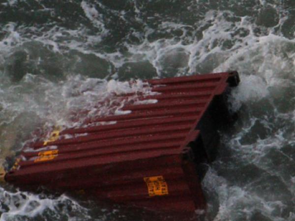 Gəminin göyərtəsindəki konteynerlər dənizə aşıb