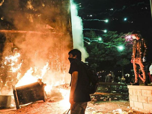 ABŞ-da etirazçılar bank binasını da yandırdılar