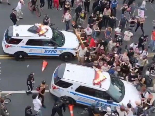 Polis avtomobilini qəsdən etirazçıların üstünə sürdü - VİDEO