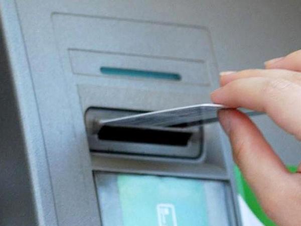 """Paytaxtda bankomatdan pul çıxaran qadını izlədilər, <span class=""""color_red"""">sonra çantasını soydular</span>"""