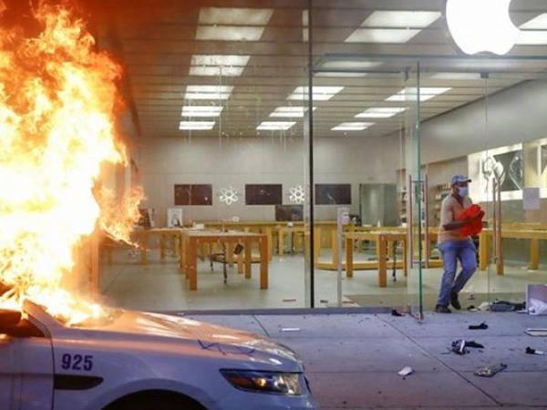 Amerika vətəndaşları etiraz əlaməti olaraq Apple mağazalarını qarət etdi
