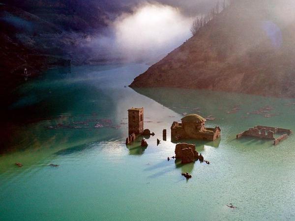 İtaliyada gölün dibində qalan kənd üzə çıxarılacaq