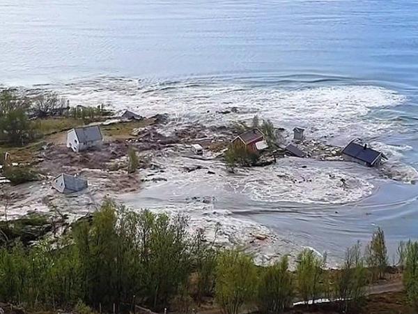 Norveçin şimalında güclü sürüşmə evləri dənizə tökdü – VİDEO