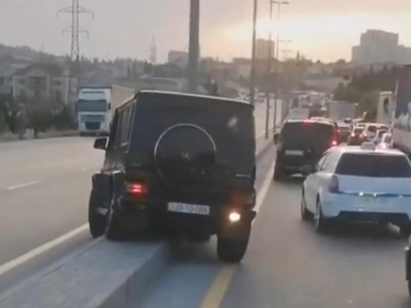 """Bakıda """"Gelandewagen""""in sürücüsündən ağlasığmaz hərəkət: Tıxacda qalmamaq üçün..."""