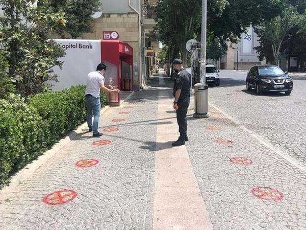 Bakıda sosial məsafə üçün xüsusi nişanlar vurulur - FOTO
