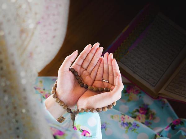 Qurani-Kərimi oxuyan zaman qadın mütləq hicablı olmalıdır?
