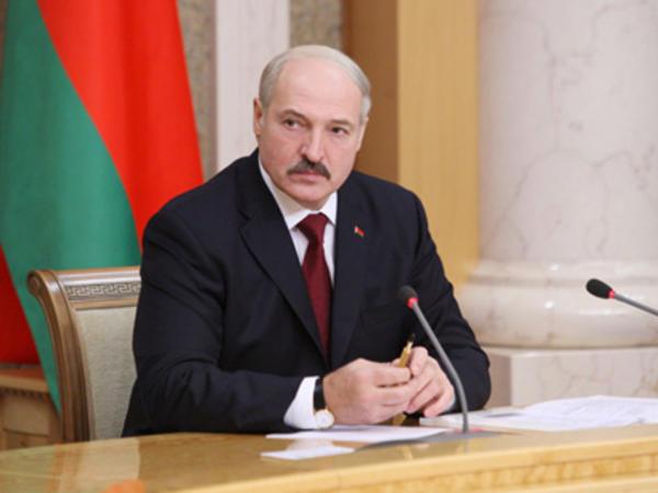 Lukaşenko müsahibə verməyə ayaqqabısız gəldi - VİDEO
