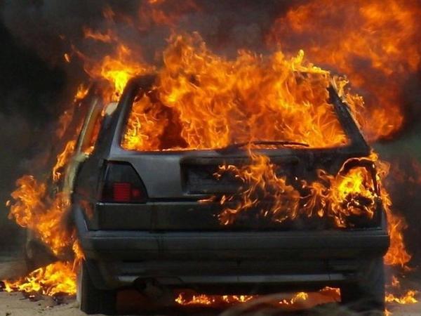 Binəqədidə təmir sexində iki avtomobil yandı