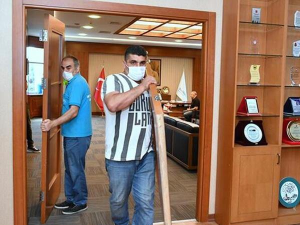 Bələdiyyə sədri ofisinin qapısını sökdürdü - MARAQLI ADDIM