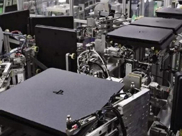 Robotlar 30 saniyədə 1 PlayStation 4 istehsal edirlər