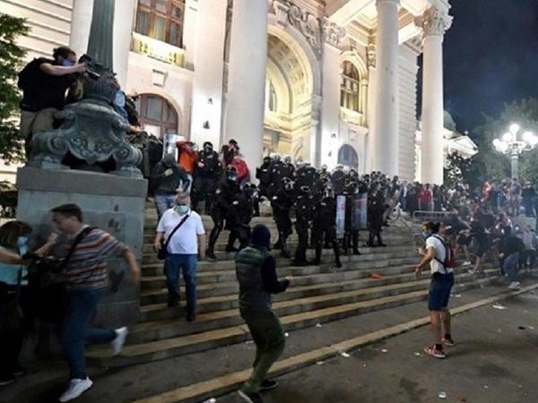 Belqradda etiraz aksiyası zamanı 10 polis əməkdaşı xəsarət alıb