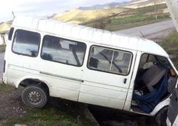 """Şəmkirdə mikroavtobus aşıb, xeyli sayda yaralı var - <span class=""""color_red"""">YENİLƏNİB</span>"""