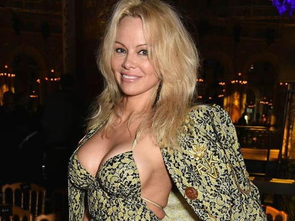 """Pamela Anderson cəsarətli pozları ilə pərəstişkarlarını heyran qoydu - <span class=""""color_red""""> FOTO</span>"""