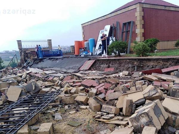 """Gəncədə xəstəxananın hasarının uçması qaz xəttini yararsız hala salıb - <span class=""""color_red"""">FOTO</span>"""