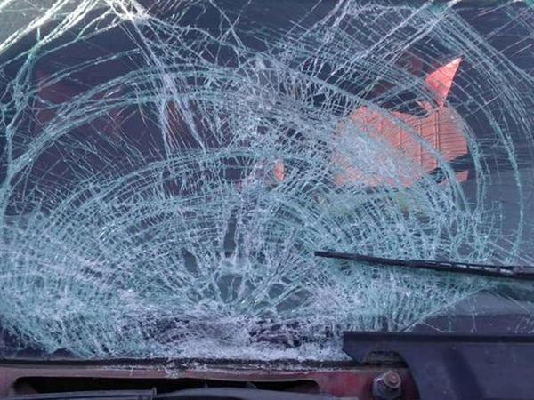 """Avtomobil işıq dirəyinə çırpıldı: <span class=""""color_red"""">sürücü öldü, 3 nəfər yaralandı</span>"""