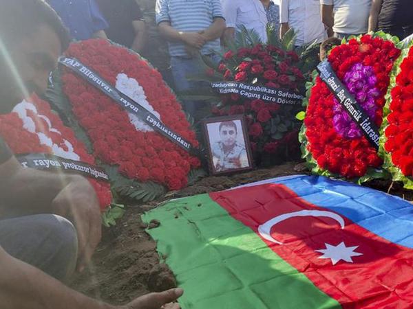 """Azərbaycan Ordusunun şəhid olan zabiti dəfn olunub - <span class=""""color_red"""">YENİLƏNİB - FOTO</span>"""