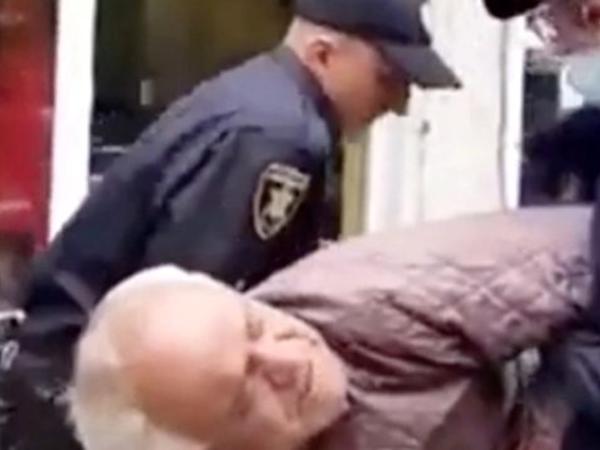 """Polis maska taxmayan yaşlı kişini küçənin ortasında <span class=""""color_red"""">DÖYDÜ</span>"""