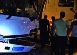 Bakıda qeyri-qanuni sərnişin daşıyan avtobus yük maşınına çırpılıb, xəsarət alanlar var - FOTO