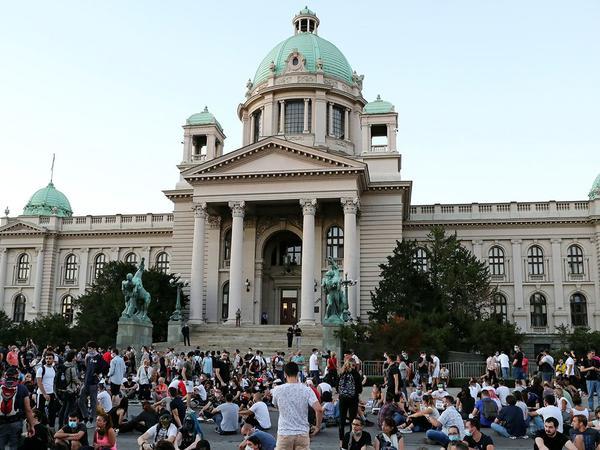 """Serbiyada deputatların avtomobillərinin qarşısını kəsdilər, <span class=""""color_red"""">yumurta atəşinə tutdular</span>"""