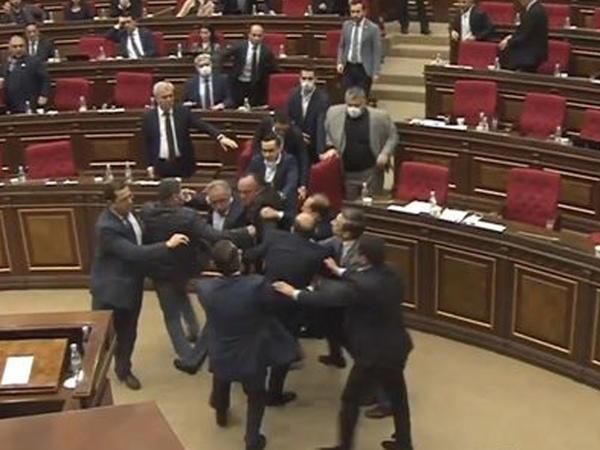 """Ermənistan parlamentində biabırçılıq: """"Dayı"""" sözünün üstündə kütləvi dava düşdü"""