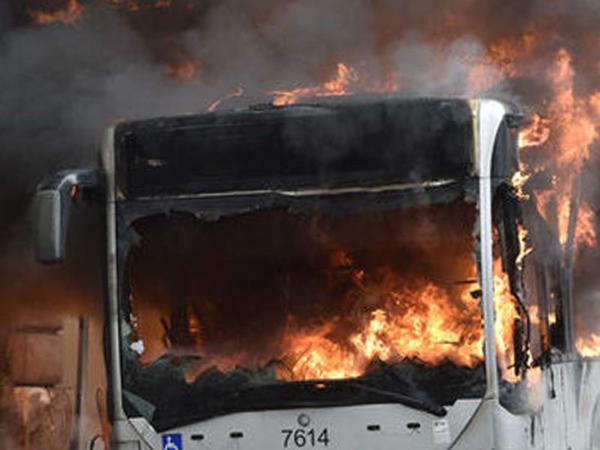 Bakıda avtobus yanıb