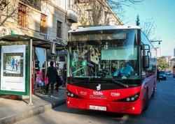 """Dayanacaqdan yola çıxarkən söyülən avtobus sürücüləri - <span class=""""color_red"""">Əslində, qaydaları pozan kimdir?</span>"""