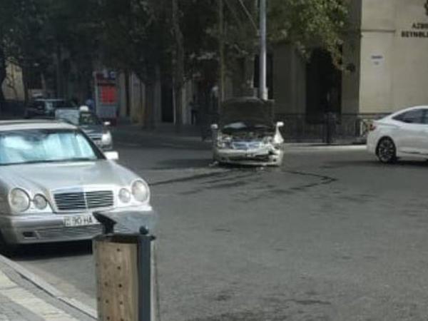 """Bakıda """"Nissan"""" qəzaya uğradı - FOTO"""