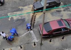"""Suraxanıda su borusunun partlaması nəticəsində küçəni su basıb - <span class=""""color_red"""">VİDEO</span>"""