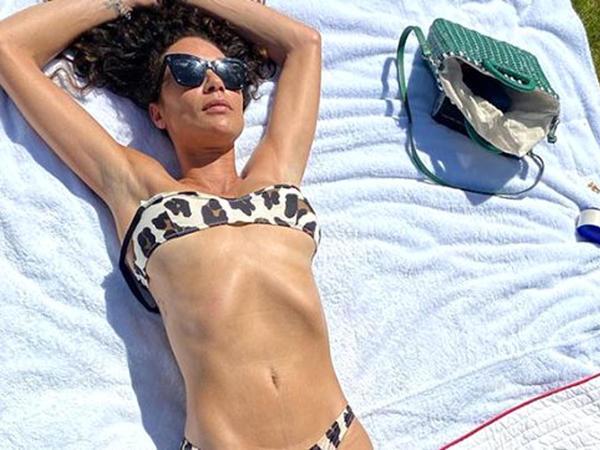 """Dənizdə bikinisini çıxaran model paparassilərə """"hədəf"""" oldu - FOTO"""