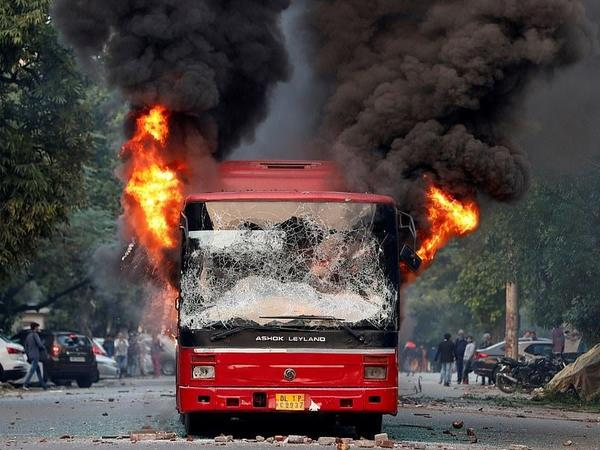 """Hindistanda avtobus yandı - <span class=""""color_red"""">Ölənlər var</span>"""