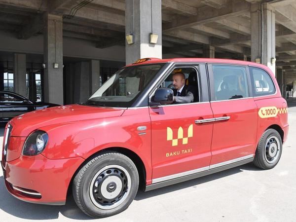 "Prezident İlham Əliyev yeni ""LEVC TX"" modelli &quot;London taksi&quot;sini idarə etdi - <span class=""color_red"">VİDEO</span>"