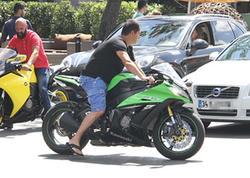 Acun sevgilisini motosikletdə gəzdirərkən kameraya düşdü - FOTO