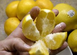 1 limonu 4 hissəyə bölün, üzərinə duz töküb mətbəxə qoyun, bu sizin bütün həyatınızı dəyişəcək!