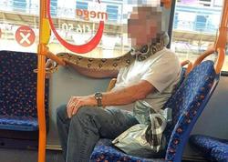 """Avtobusda təəccübləndirən görüntü - <span class=""""color_red"""">Sərnişin boynuna ilan doladı - FOTO</span>"""