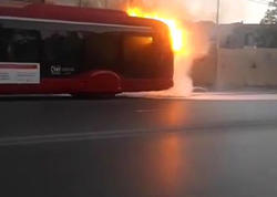 Bakıda sərnişin avtobusunun yanma anı - VİDEO