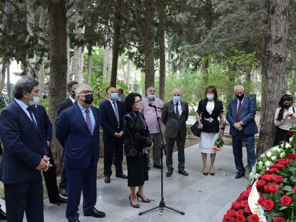 l Fəxri Xiyabanda Üzeyir Hacıbəylinin və musiqi xadimlərinin məzarları ziyarət edilib - FOTO
