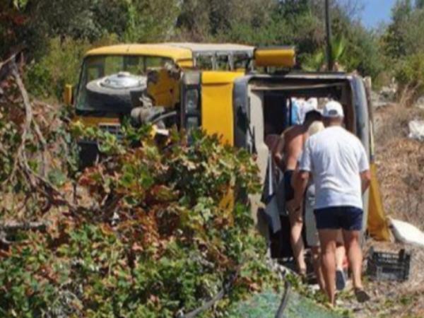 Ağacla toqquşan turist avtobus aşdı; 11 nəfər xəsarət alıb - FOTO