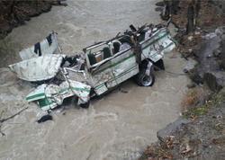 """Avtobusun çaya düşdü: <span class=""""color_red"""">14 nəfər öldü</span>"""