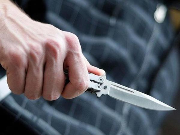 Bakıda gənc boğazından bıçaqlanıb