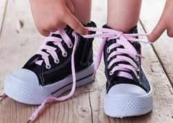 """Uşağınız ayaqqabısını bağlaya bilmirsə diqqət - <span class=""""color_red"""">Bacarıqsız uşaq sindromu</span>"""