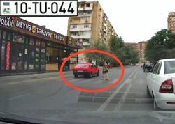 """Əks yola çıxan sürücü az qala qadını vuracaqdı - <span class=""""color_red"""">VİDEO</span>"""