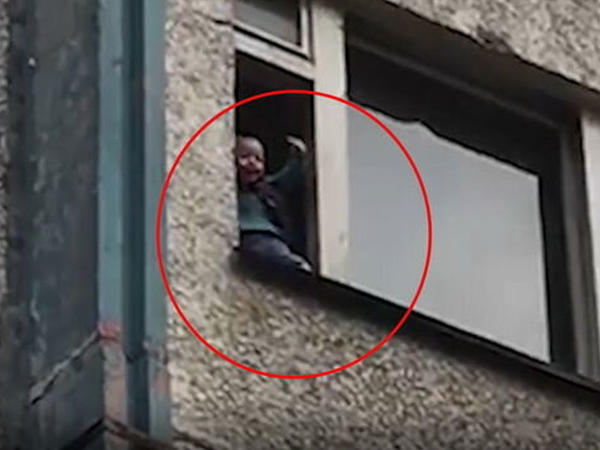 Babası iki yaşlı uşağı pəncərədən atmaqla HƏDƏLƏDİ - VİDEO