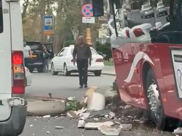 Bakıda 18 metrlik avtobus qəzaya uğradı